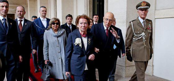 Giorgio Napolitano acena ao deixar o palácio presidencial de Quirinal, em Roma, ao lado de sua mulher.
