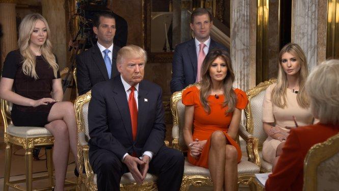 Donald Trump, no centro da imagem, junto com alguns membros de sua família na primeira entrevista depois da vitória eleitoral contra Hillary Clinton, transmitida pelo canal de televisão CBS. Da esquerda para a direita e de cima para baixo: Tiffany Trump, Donald Trump Jr., Eric Trump, Melania Trump e Ivanka Trump.