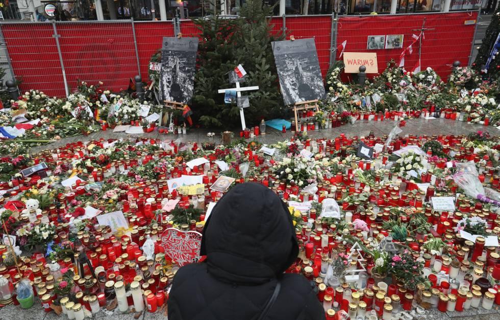Flores e velas em um mercado de Natal em homenagem às 12 vítimas do atentado de Berlim ocorrido em 19 de dezembro.
