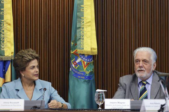 Dilma e o ministro Jacques Wagner.