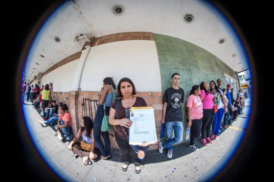 Candidatos na fila para uma vaga em um supermercado.