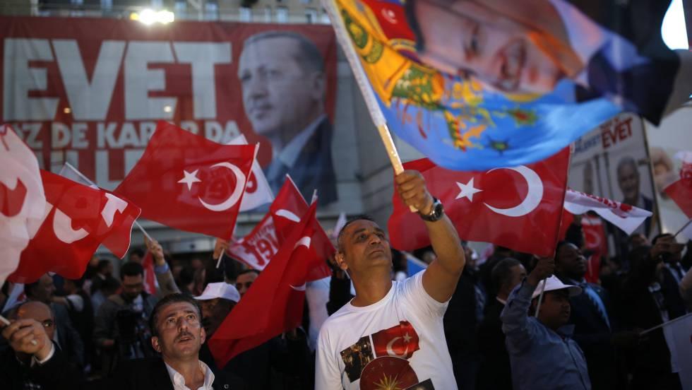 """Apoiadores do """"sim"""" à reforma constitucional pelas ruas de Istambul"""