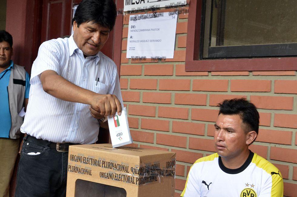 O presidente de Bolívia, Evo Morales, vota neste domingo.