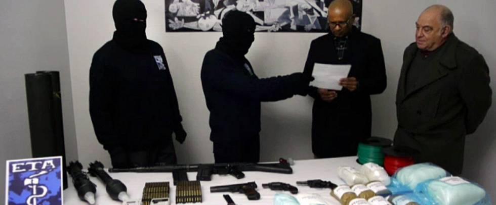 Encapuzados do ETA entregam um estoque de armas.