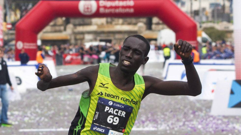 O keniano Jonah Kipkemoi comemora vitória na Maratona de Barcelona.