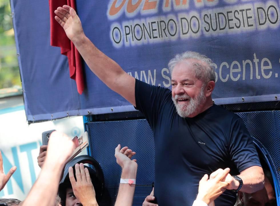 Lula carregado por apoiadores no dia de sua prisão, em 7 de abril.