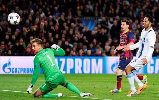 Hart y Lescott vêem como Messi consegue o primeiro gol do partido.