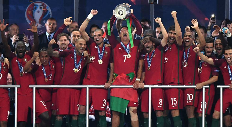 O capitão Cristiano Ronaldo levanta a taça da Eurocopa.