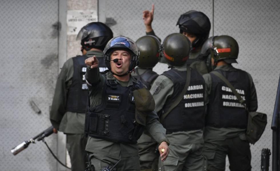 Membros da Força de Ações Especiais (FAES) da Guarda Nacional Bolivariana, durante um protesto em janeiro passado em Caracas.