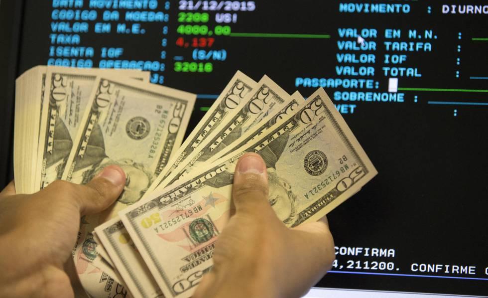 O real desvalorizou frente ao dólar cerca de 50% durante 2015.