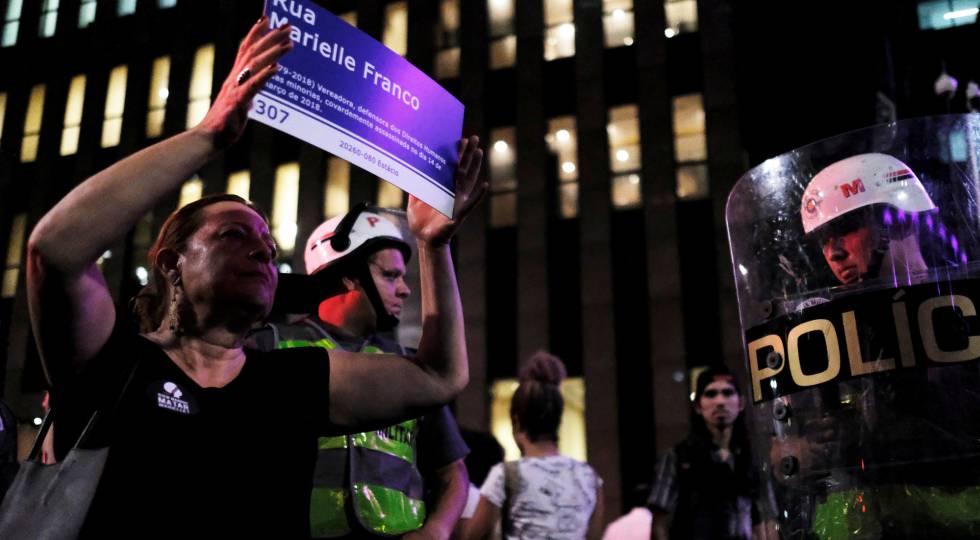 Mulher exibe placa em homenagem a Marielle Franco nesta quinta-feira em São Paulo.