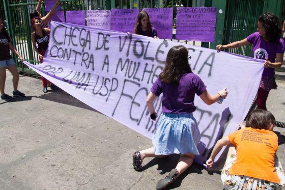 Estudantes da USP em ato contra os assédio e estupros.