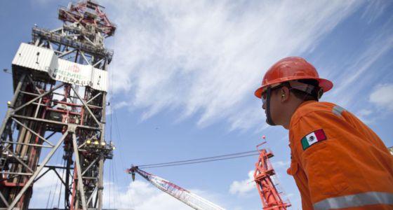 Um trabalhador na plataforma no Golfo do México.