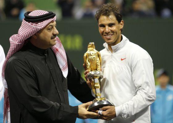 Nadal recebe o troféu de campeão em Doha.