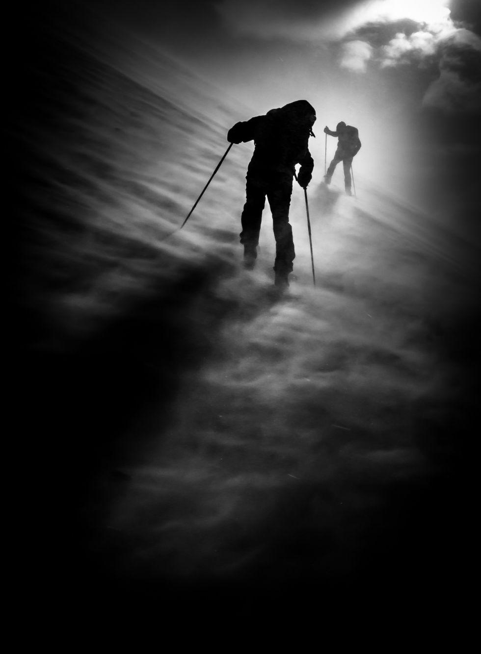 Um homem enfrenta uma forte tempestade de vento no monte Vajnez, nos Alpes de Karavanke (Eslovênia).