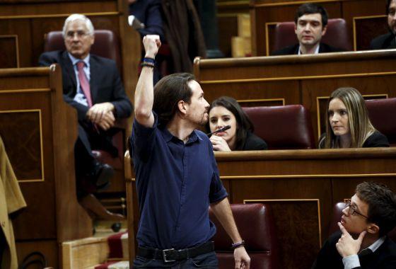 Pablo Iglesias levanta o punho no Congresso depois de jurar seu cargo de deputado.