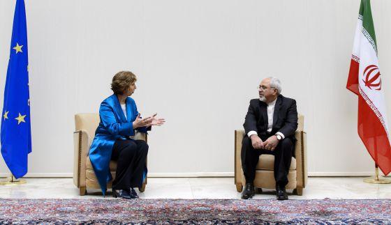 A chefe de diplomacia da UE, Catherine Ashton, e o ministro iraniano de Relações Exteriores, Javad Zarif, durante conversa mantida em outubro passado em Genebra.