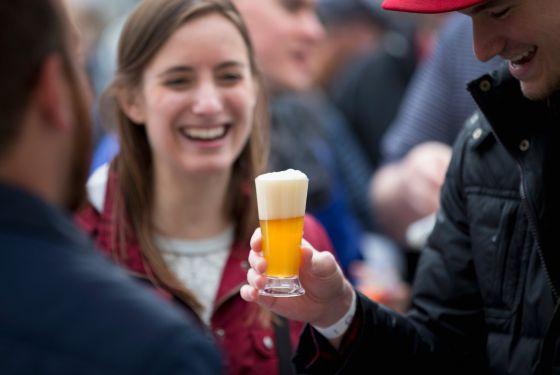 Um grupo de participantes do festival da cerveja em Chicago em 9 de maio.