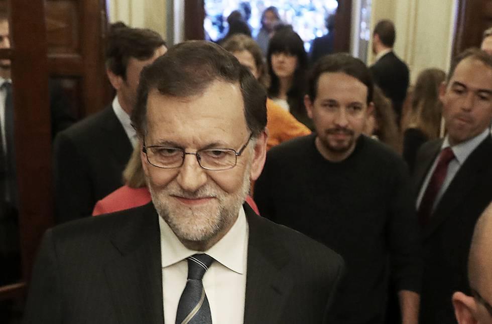 Mariano Rajoy num corredor do Congresso, em 26 de outubro. Atrás dele, Pablo Iglesias.