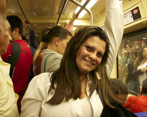 Kellia de Oliveira no metrô, no caminho para sua casa.