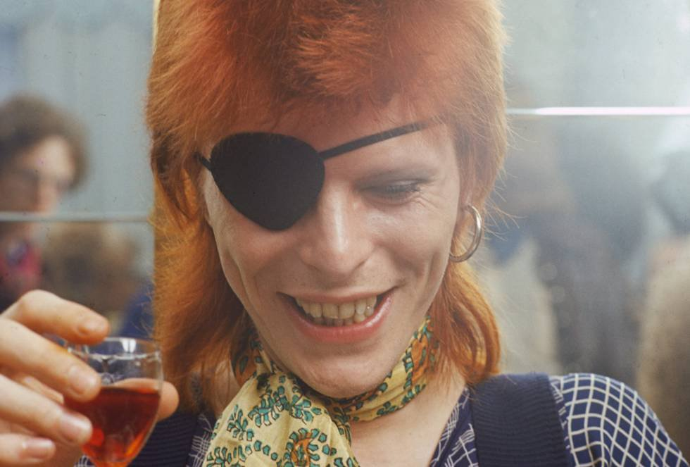 """12 de janeiro - David Bowie, o lendário astro do rock, ícone estético e artístico da segunda metade do século XX, faleceu aos 69 anos, vítima do câncer. O comandante Tom – como o de sua imortal canção – tomou suas pílulas de proteínas, colocou o capacete e subiu. Ninguém soube ler os sinais. Um astronauta morto também protagoniza o início do videoclipe 'Blackstar', a canção que dá título a seu último álbum, cujo lançamento coincidiu com seu aniversário. Não há fotos do artista na capa do disco que só não foi póstumo por dois dias. Só uma estrela negra, que se revela como o adeus do homem que cantou as aranhas de Marte. """"Sua morte não foi diferente da sua vida: uma obra de arte"""", escreveu no Facebook Tony Visconti, amigo e produtor de Bowie. """"Fez Blackstar para nós, como seu presente de despedida"""". Por Pablo Guimón"""