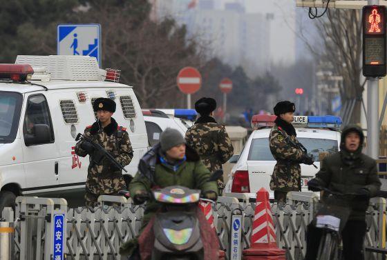 Forças paramilitares vigiam uma zona turística de Pequim neste domingo.