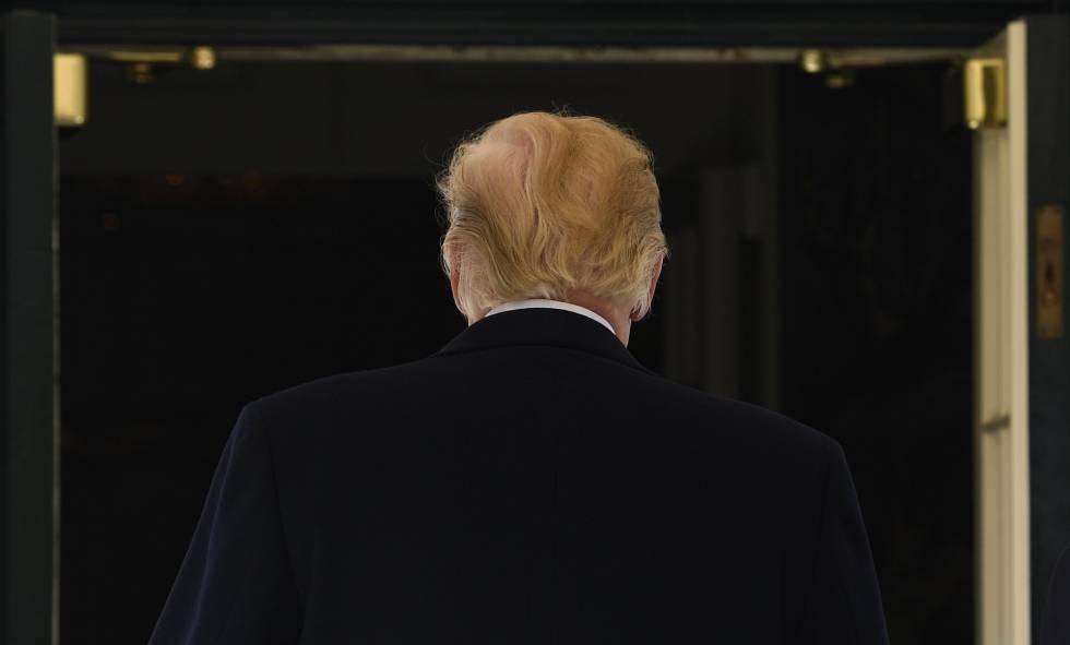 Donald Trump caminha na Casa Branca.