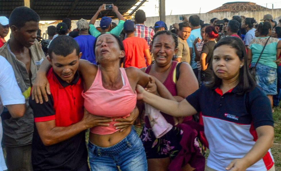 Parentes dos presos mortos no masscre se desesperam enquanto aguardam identificação dos corpos.