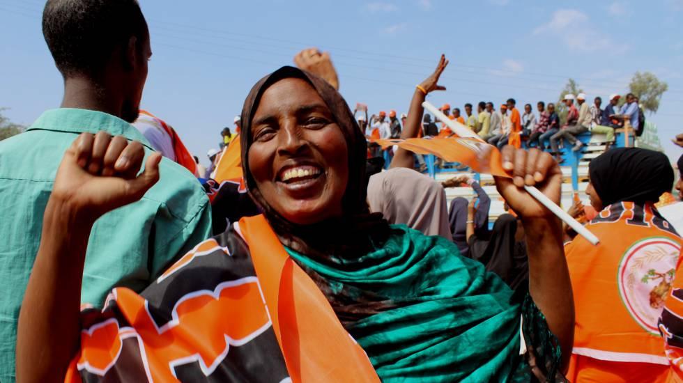 Mulher se manifesta em apoio do partido Waddani