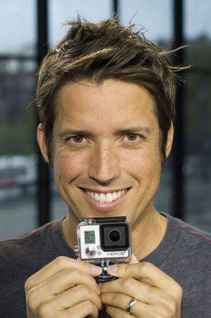 Nick Woodman segura uma de suas câmeras.