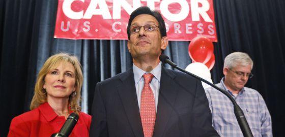 O parlamentar Eric Cantor, acompanhado da sua mulher, Diana, aceita a derrota em um discurso em Richmond, a capital da Virgínia.