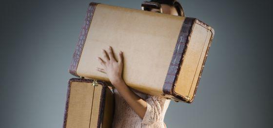 Não basta apenas que a mala seja com rodas. Além disso, ela deve ser empurrada com as duas mãos.