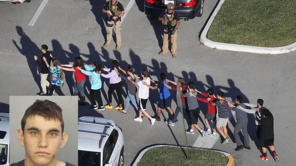 Estudantes escoltados deixam o instituto. À esquerda, a imagem de Cruz