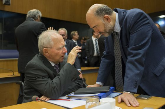 Wolfgang Schauble, ministro alemão de Finanças, conversa com Pierre Moscovici, comissário econômico da UE.