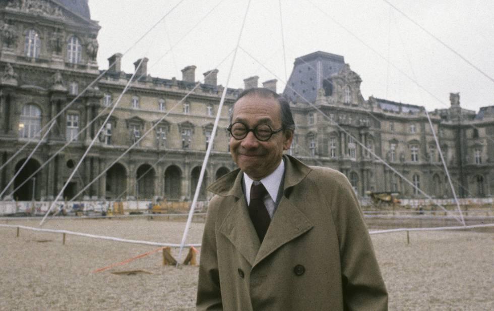 O arquiteto Ieoh Ming Peï, durante a construção da pirâmide do Louvre, em Paris, em 1985.