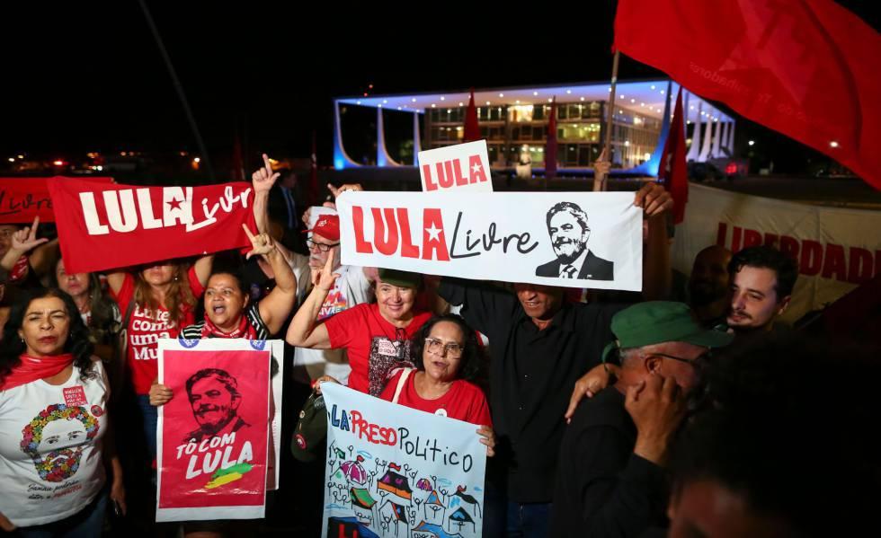Apoiadores do ex-presidente Lula comemoram decisão do STF, em Brasília.