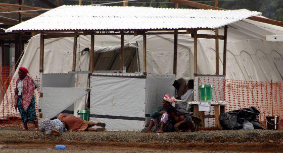 Doentes com o ebola em um hospital do Médicos sem Fronteiras na Libéria.