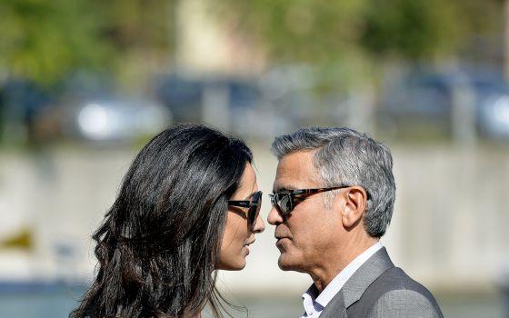 A advogada Amal Alamuddin e o ator George Clooney na chegada a Veneza para celebrarem seu casamento, em setembro passado.