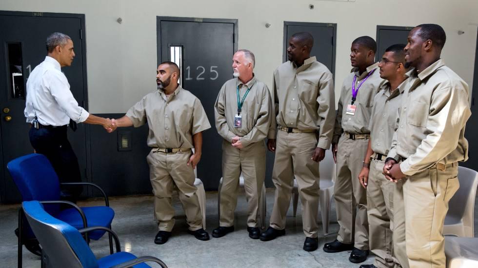 Obama em uma prisão federal em 2015.