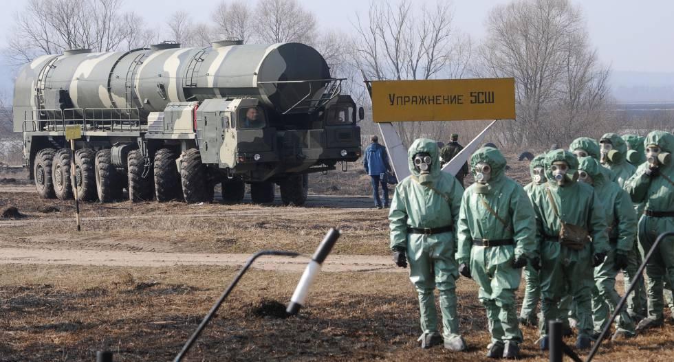 Soldados russos usam trajes de proteção química na base de mísseis de Topol, em abril de 2010.