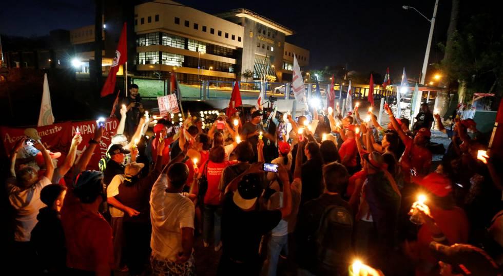 Apoiadores do lado de fora da PF, em Curitiba, onde Lula está preso.