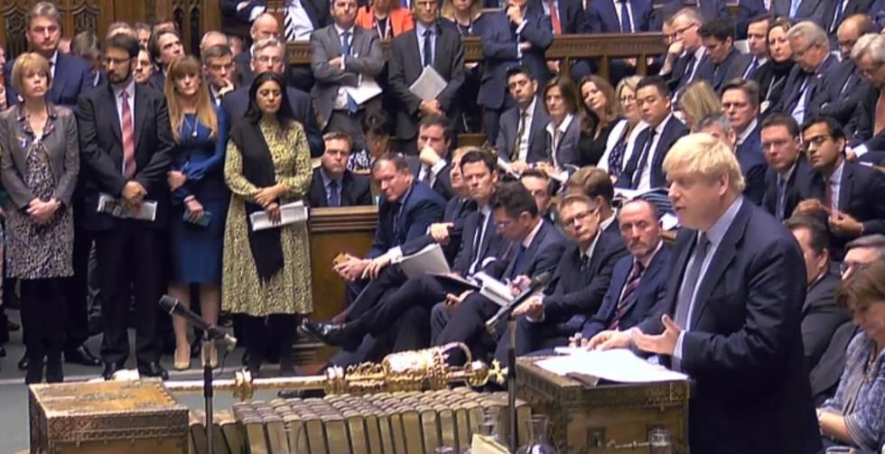 O primeiro-ministro Boris Johnson se dirige aos deputados neste sábado no Parlamento britânico em Londres.