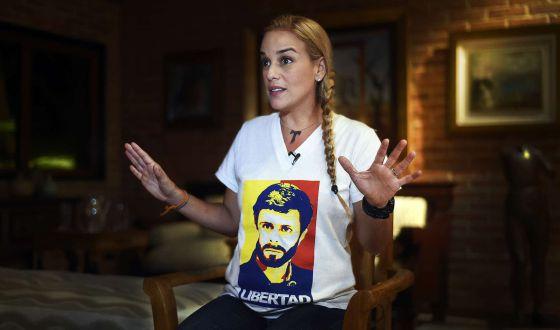 Lilian Tintori, mulher de Leopoldo López, veste camiseta pela sua libertação.