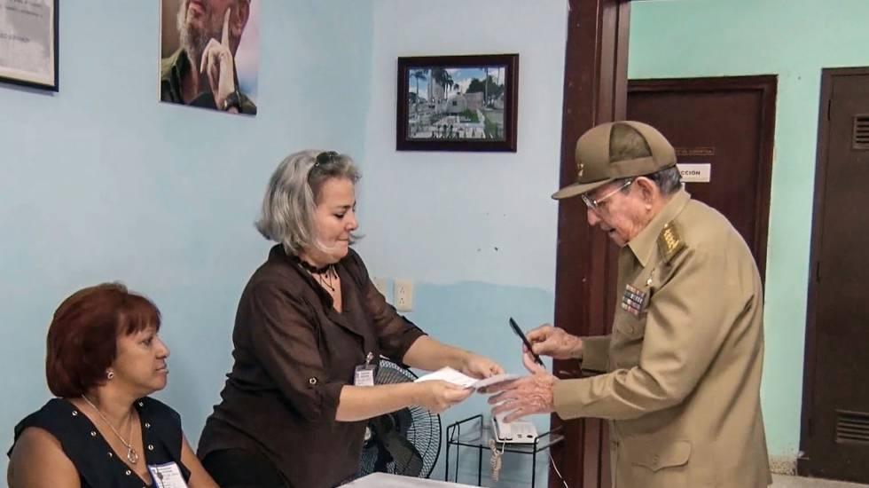 O presidente de Cuba, Raúl Castro, antes de votar neste domingo