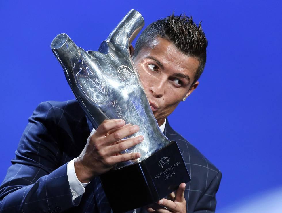 Cristiano beija o troféu de melhor jogador da Europa.
