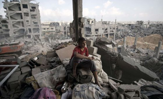 Um jovem palestino em um edifício destruído na Faixa.