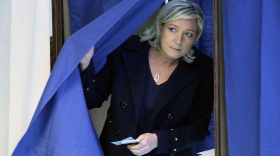 A líder da Frente Nacional, Marine Le Pen, vota.
