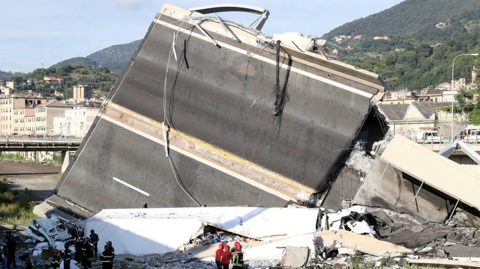 Bombeiros e equipes de resgate junto aos restos da ponte que caiu em Gênova.