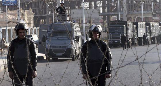 Policiais egípcios no exterior do local da audiência. / K. E. (EFE)