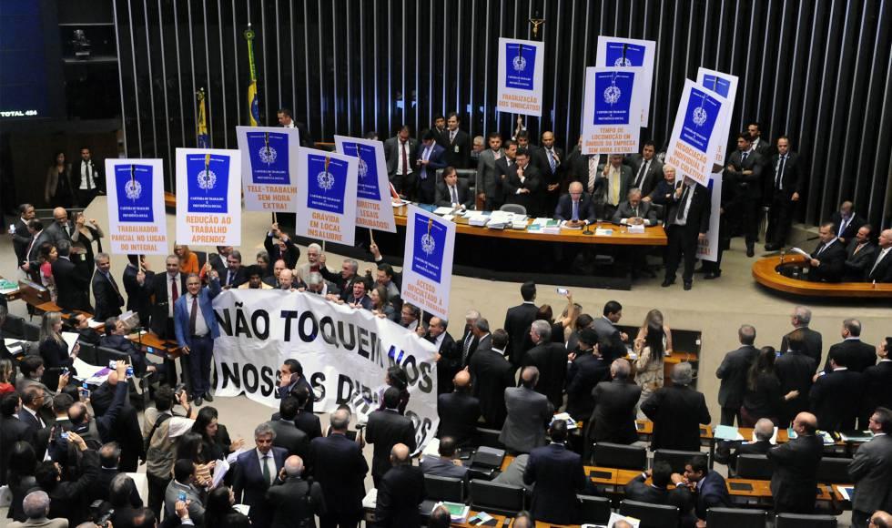 Deputados da oposição protestam contra a reforma trabalhista no plenário.
